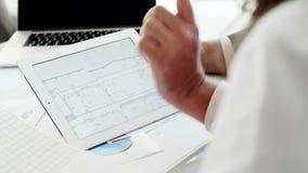 El primer de una tableta en las manos del hombre del jefe envejeció en oficina blanca moderna almacen de video