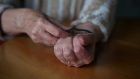 El primer de viejos woman's da la determinación del tiempo en su reloj almacen de video