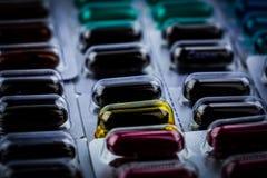 El primer de vitaminas y los suplementos encapsulan píldoras en el empaquetado de la ampolla Concepto de la industria farmacéutic fotos de archivo libres de regalías