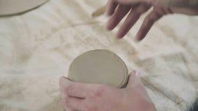 El primer del alfarero hace una taza de la arcilla El proceso de crear al alfarero metrajes