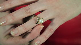 El primer del anillo del vestido de la muchacha metrajes