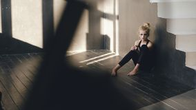 El primer del bailarín joven del adolescente que llora después de funcionamiento de la pérdida se sienta en piso en pasillo dentr Foto de archivo libre de regalías