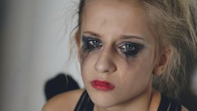 El primer del bailarín joven del adolescente que llora después de funcionamiento de la pérdida se sienta en piso en pasillo dentr Fotos de archivo