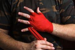 El primer del boxeador de la mano tira de los abrigos de la muñeca antes de la lucha Imágenes de archivo libres de regalías