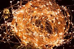 El primer del brillo abstracto de la Navidad enciende la bola en árbol de Navidad imagen de archivo libre de regalías