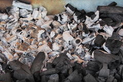 El primer del carbón de leña ardiente junta las piezas en parrilla de la barbacoa Fotografía de archivo libre de regalías