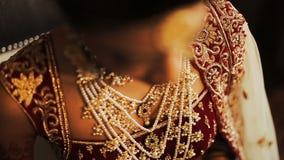El primer del collar de oro puso el cuello de la novia india metrajes