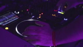 El primer del disc jockey de sexo masculino da el sonido que controla, jugando música almacen de video