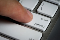 El primer del finger encendido incorpora llave a un teclado Fotos de archivo libres de regalías