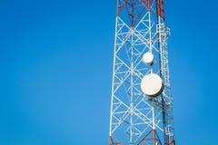 El primer del las telecomunicaciones se eleva con el cielo claro azul y c Imagen de archivo libre de regalías