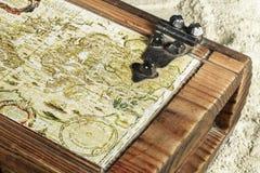 El primer del mapa viejo en un pecho de madera encontró en la playa Imagen de archivo