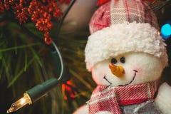 El primer del muñeco de nieve adorna en el árbol de navidad Imagen de archivo