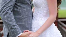 El primer del novio toma la mano de la novia y abrazan almacen de video