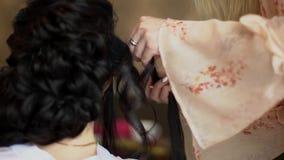 El primer del peluquero profesional da hacer el peinado de la belleza almacen de video