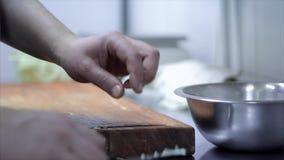 El primer del ` profesional s del cocinero da áspero tajar la col del corte con el cuchillo para cocinar almacen de video