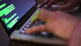 El primer del programador Hacker de las manos es de codificación y que desarrolla de programa con el ordenador portátil metrajes