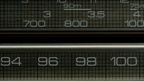 El primer del receptor de radio está buscando la onda en estaciones almacen de metraje de vídeo