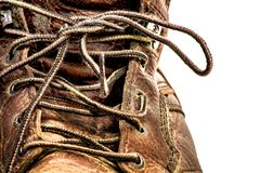 El primer del ` s de los hombres sucio batió para arriba las botas del trabajo del cuero de Brown aisladas en blanco imagenes de archivo