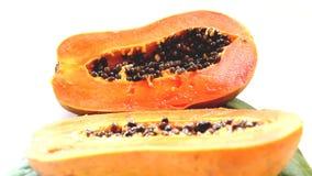 El primer en corte de la mitad y la papaya entera da fruto