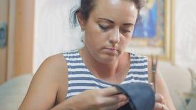 El primer, fábrica de zapato hermosa del trabajador de mujer prepara el billete de cuero para que los zapatos peguen lenguados almacen de video