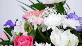 El primer, flores, ramo, rotación en el fondo blanco, composición floral consiste en el Leucadendron, crisantemo almacen de video