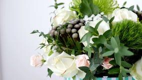 El primer, flores, ramo, rotación en el fondo blanco, composición floral consiste en el verde de Brunia, Rose de la avalancha metrajes