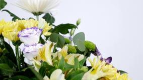 El primer, flores, ramo, rotación en el fondo blanco, composición floral consiste en la orquídea Vanda, crisantemo almacen de video