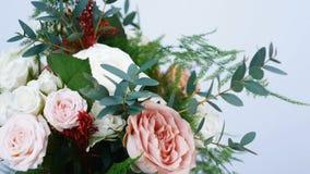 El primer, flores, ramo, rotación en el fondo blanco, consiste en el capuchino de Rose, copo de nieve subió, yana de Rose cremoso metrajes