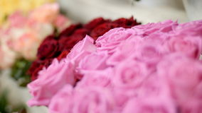 El primer, floristería, en la demostración-ventana allí es muchos ramos de flores con diversas rosas coloridas metrajes