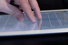 El primer gesticula la tableta conmovedora del finger Foto de archivo libre de regalías