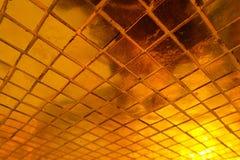 El primer hermoso texturiza las tejas y el fondo de la pared de vidrio del color oro y el papel pintado abstractos del arte foto de archivo libre de regalías