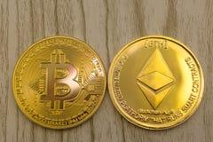 El primer horizontal de la visión superior del litecoin del ethereum y la pila del bitcoin de textura de oro del fondo de las mon imagenes de archivo