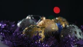 El primer, juguetes de la Navidad gira en la tabla en Garland Background almacen de video