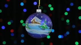 El primer, la rotación de una bola azul de la Navidad colgó en una cuerda de oro Decoración de la Navidad y del Año Nuevo almacen de video