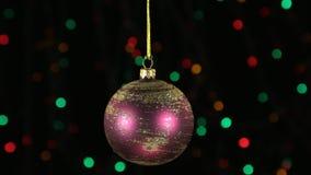 El primer, la rotación de una bola roja de la Navidad colgó en una cuerda de oro Decoración de la Navidad y del Año Nuevo metrajes