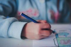El primer a las manos de estudiantes está cortando impresiones y etiquetas engomadas Fotografía de archivo