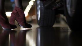 El primer, las piernas hermosas en tacones altos cupo el coche La muchacha consigue en el coche Estacionamiento 4K MES lento metrajes