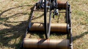 El primer, las ruedas de una bicicleta estática vieja, la bici monta en un lugar con la ayuda de un accesorio hecho a sí mismo es almacen de video