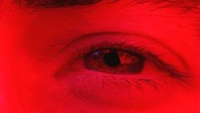 El primer macro del hombre abre los ojos cerrados y la mirada para arriba y en cámara almacen de video