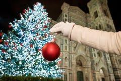 El primer a mano finge el adornamiento del árbol de navidad en Florencia Foto de archivo libre de regalías