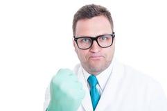 El primer masculino del científico que muestra el puño le gusta estar enojado imagenes de archivo
