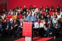El primer ministro espa?ol y candidato de PSOE en las elecciones siguientes Pedro Sanchez en una conferencia de partido en Cacere fotos de archivo libres de regalías