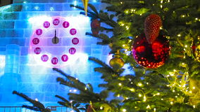 El primer minuto del Año Nuevo en el reloj de la Navidad y el árbol de abeto en Moscú almacen de metraje de vídeo