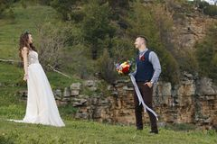 El primer momento de la mirada en una boda antes de la ceremonia comienza en Oregon central foto de archivo