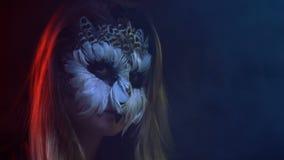 El primer, muchacha hermosa con la mascarilla del búho en cara simula ojos del centelleo como pájaro metrajes