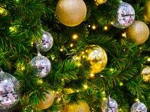 El primer muchas bolas y bolas de espejo brillantes de oro hermosas es Foto de archivo libre de regalías