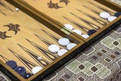 El primer pescó el lanzamiento con caña de dados del backgammon bajo luz oscuro imagenes de archivo