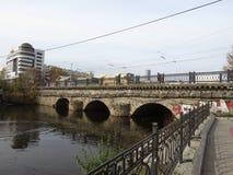 El primer puente de piedra en Ekaterimburgo en la calle de Malysheva Fotos de archivo libres de regalías