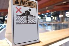 El primer que una advertencia blanca no sube la señalización se exhibe en la barrera de cristal en tienda imagen de archivo