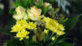 El primer, ramo de la flor en los rayos de la luz, rotación, la composición floral consiste en el Strelitzia, Rose de metrajes